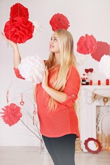 Mulher decora a casa no dia dos namorados