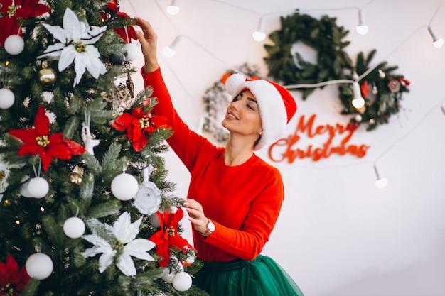 Mulher, decorando, natal, árvore