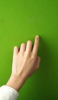 Mulher dedo e mão e tocar na tela verde.