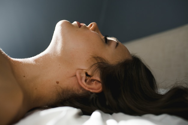 Mulher deitada em uma cama