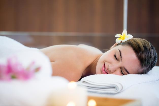 Mulher deitada na mesa de massagem