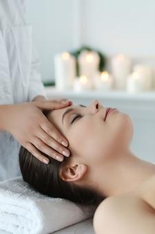 Mulher deitada recebendo uma massagem. terapia craniossacral
