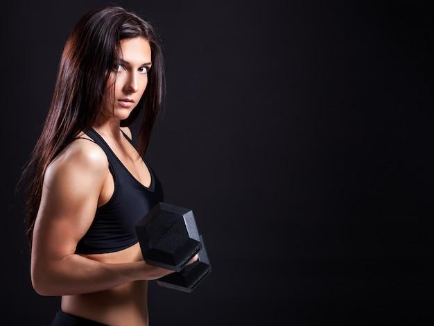 Mulher demonstra bíceps