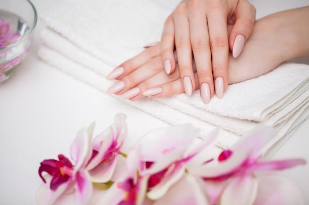 Mulher demonstra uma manicure fresca