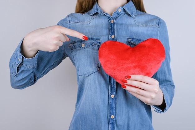 Mulher demonstrando coração com o dedo indicador isolado
