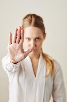 Mulher demonstrando gesto de parada