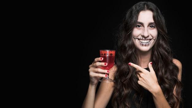 Mulher, demonstrar, vidro, com, vermelho, líquido
