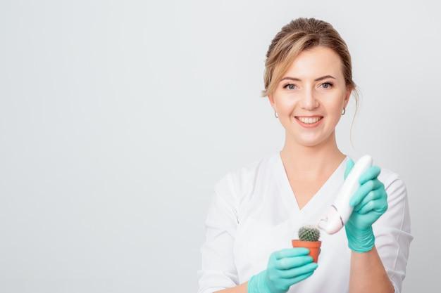 Mulher depila cacto verde