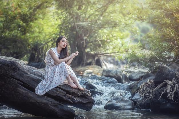 Mulher deprimida ao ar livre