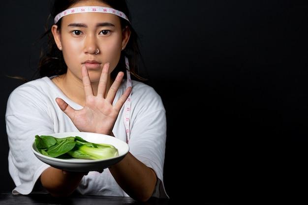 Mulher deprimida com fome de fazer dieta