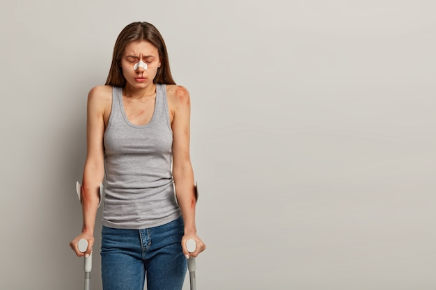 Mulher deprimida ferida durante esporte radical, sendo deficiente e deficiente