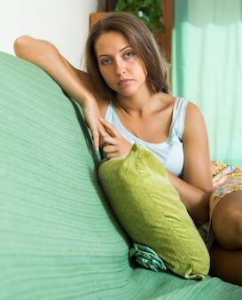 Mulher deprimida no sofá