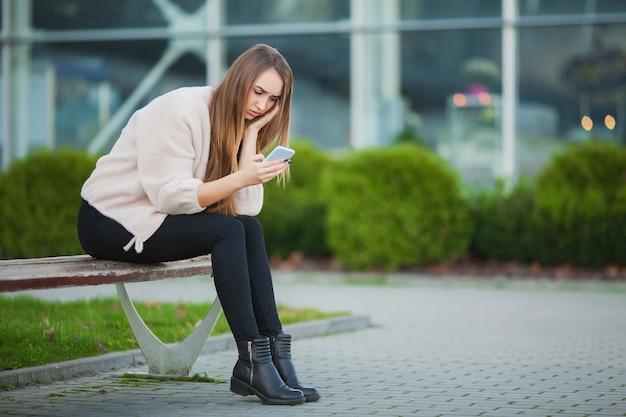 Mulher deprimida sentado em um parque da cidade em um banco