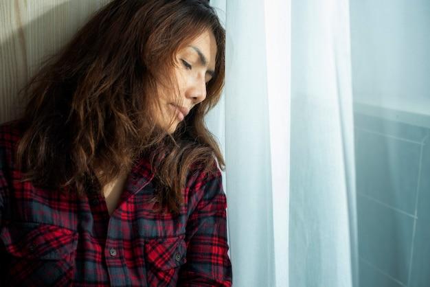 Mulher deprimida, sentindo-se triste sentindo-se triste, cansada e ansiosa, sofrendo de depressão na saúde mental pensando pensando em um coração partido