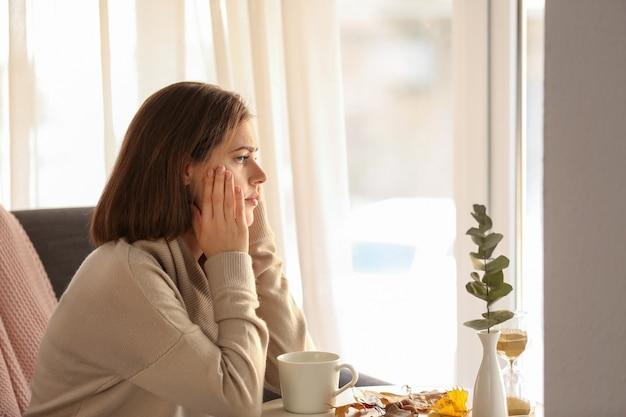 Mulher deprimida sozinha em casa