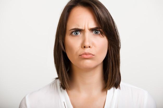 Mulher desapontada, irritada, olhar carrancudo