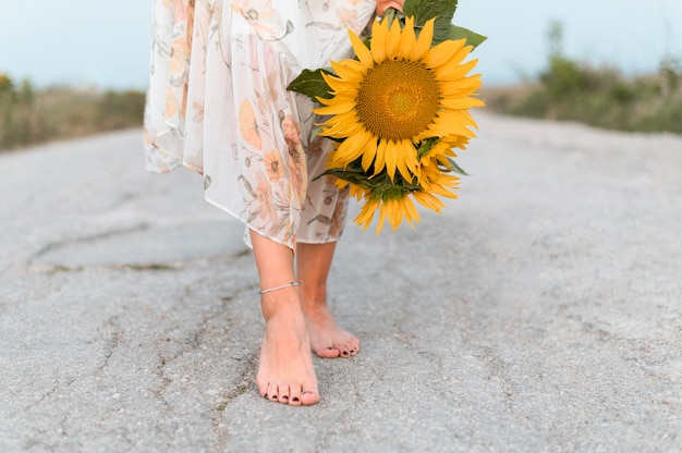 Mulher descalça no chão