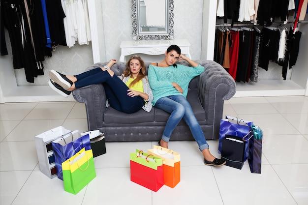 Mulher descansando depois de fazer compras