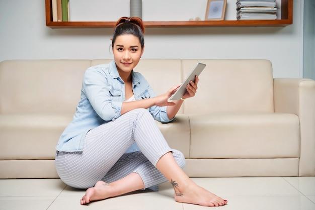 Mulher descansando em casa com tablet