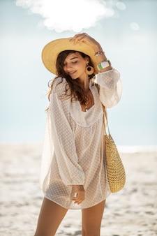 Mulher descansando na praia durante as férias