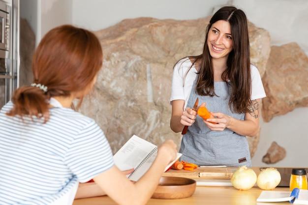 Mulher descascando cenoura dose média