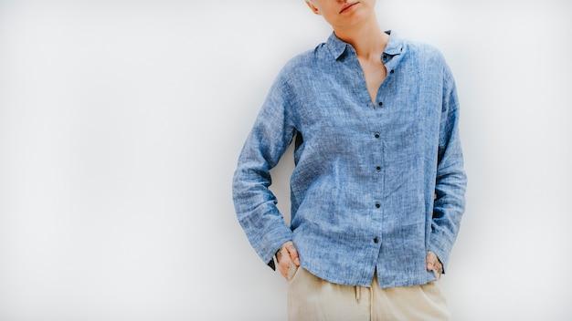 Mulher descolada em uma camisa de linho azul