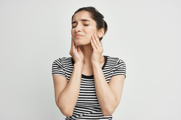 Mulher desconforto dor de dente tratamento dentário luz de fundo
