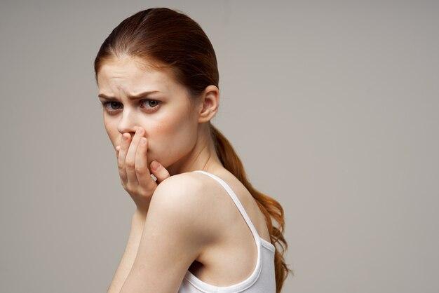 Mulher descontente com dor de dente, problemas de saúde, transtorno, tratamento em estúdio