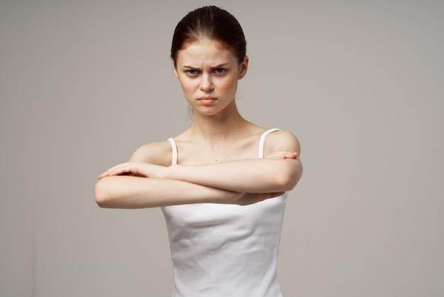 Mulher descontente com dor no cotovelo, massagem, estúdio de saúde