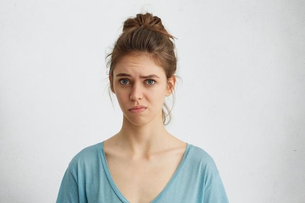 Mulher descontente com expressão mal-humorada