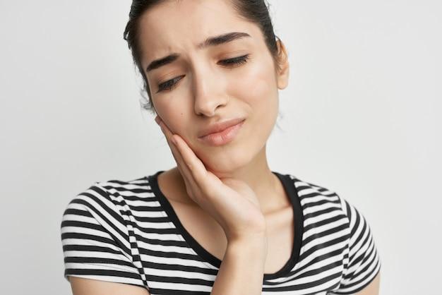 Mulher descontente com problemas dentários, dentista para dor