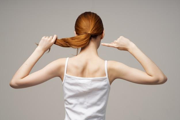 Mulher descontente com reumatismo, dor no pescoço, problemas de saúde em estúdio tratamento
