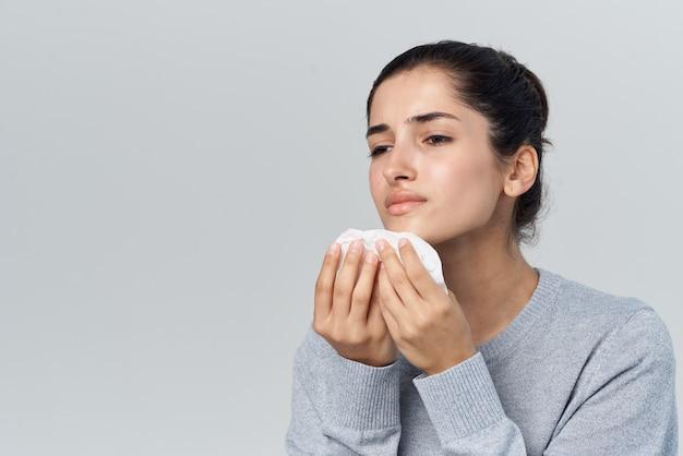 Mulher descontente, coriza, resfriado, tratamento de problemas de saúde
