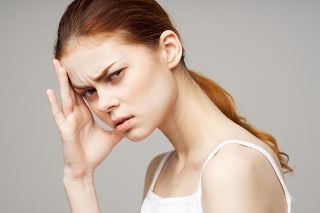 Mulher descontente segurando a cabeça luz de fundo transtorno de enxaqueca. foto de alta qualidade