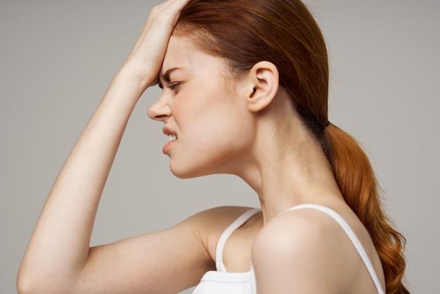 Mulher descontente, sintomas de depressão, cefaléia, fundo isolado