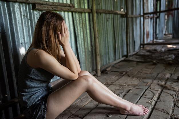 Mulher desempregada sem esperança na casa da ruína