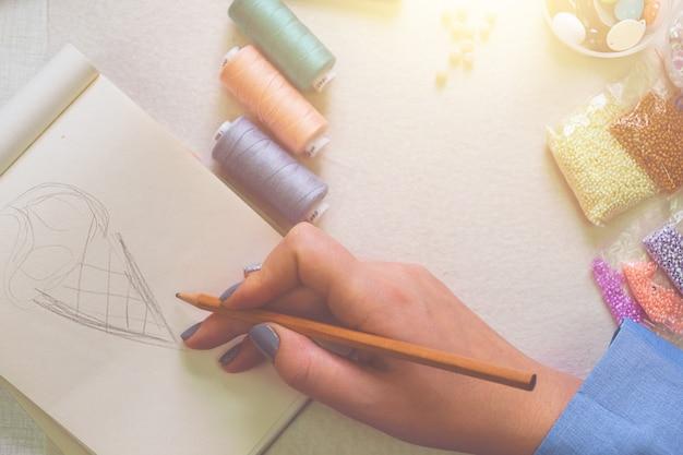 Mulher desenha conceito em sua oficina