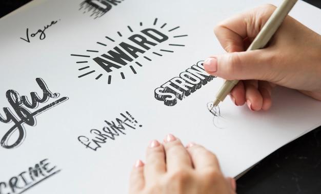 Mulher desenhando palavras de design de fonte da paleta de papel do illustartion pad