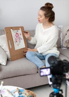 Mulher desenhando para um tutorial online