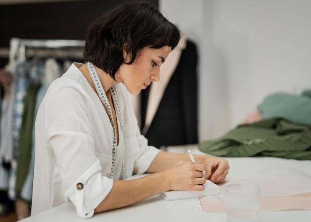 Mulher desenhando roupas