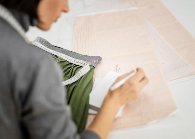 Mulher desenhando um esboço de roupas