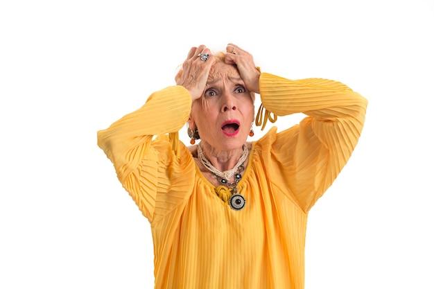 Mulher desesperada segurando a cabeça chateada senhora idosa isolada perder tudo em um piscar de olhos