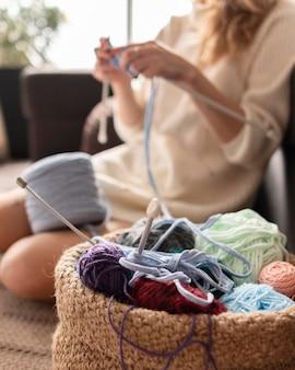 Mulher desfocada em close-up fazendo crochê