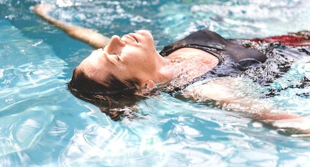 Mulher, desfrutando, a, água, em, um, piscina