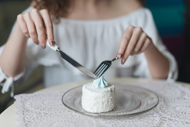 Mulher, desfrutando, a, redondo, bolo branco, com, garfo, e, butterknife