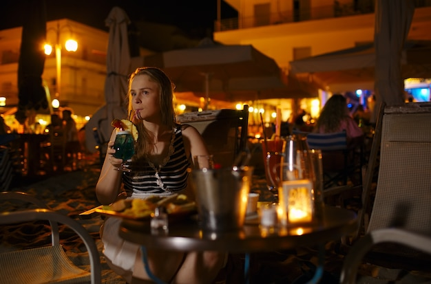 Mulher, desfrutando, bebida, em, um, barzinhos, ou, restaurante