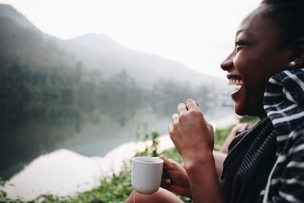 Mulher, desfrutando, café manhã, com, natureza