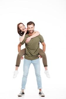 Mulher, desfrutando, carona piggyback