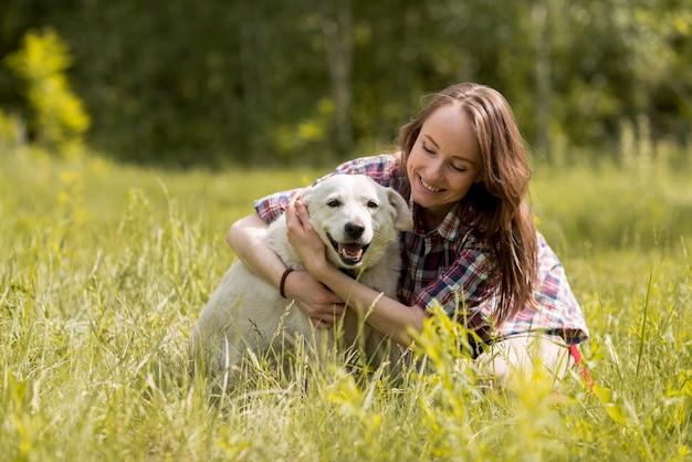 Mulher, desfrutando, com, um, cão, campo