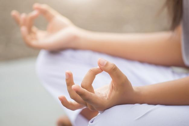 Mulher desfrutando de meditação e yoga no parque